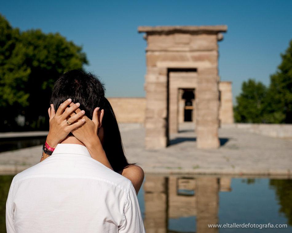 Preboda en pleno centro de Madrid - Detalle de las manos con el anillo de compromiso y el templo de Debod de fondo desenfocado
