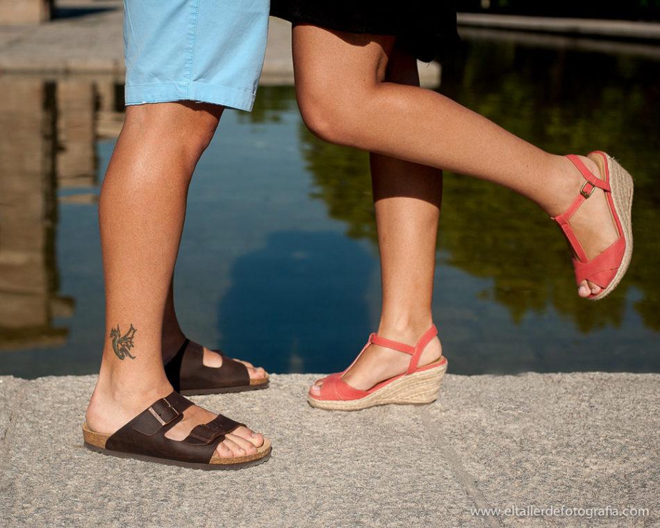 Preboda en el Templo Debod - Fotografia divertida con los pies de la pareja mientras se dan un beso