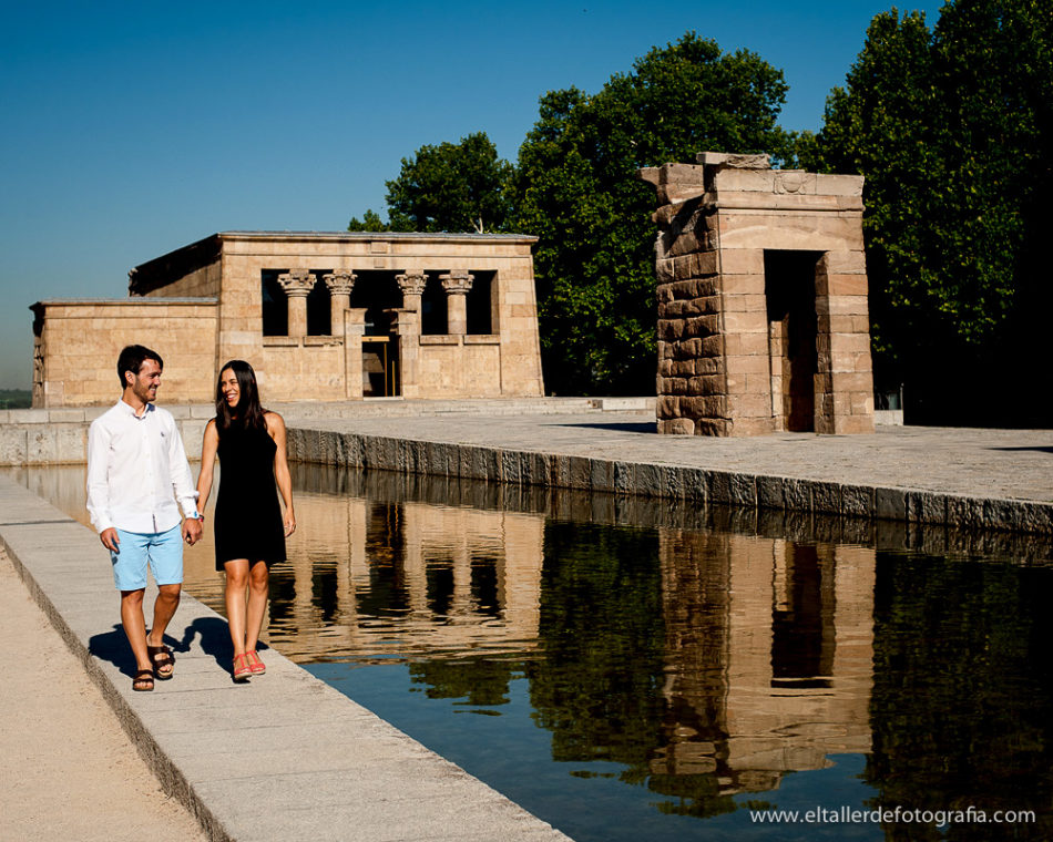 Preboda de una pareja de  Madrid - Pareja paseando junto al Templo de Debod