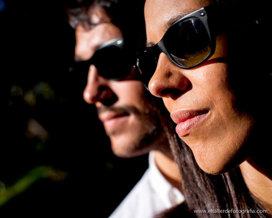 Detalle de las gafas de sol de los novios durante la preboda en la parte más castiza de Madrid