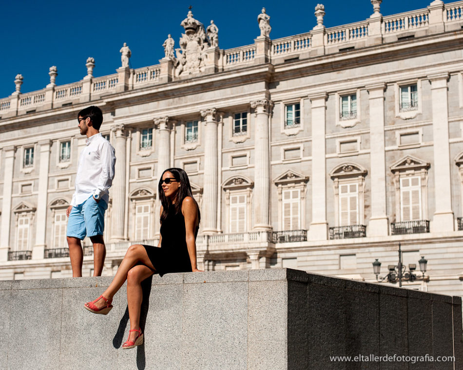 Fotografia de Postureo en el Palacio Real durante la sesion de pareja en el centro de Madrid