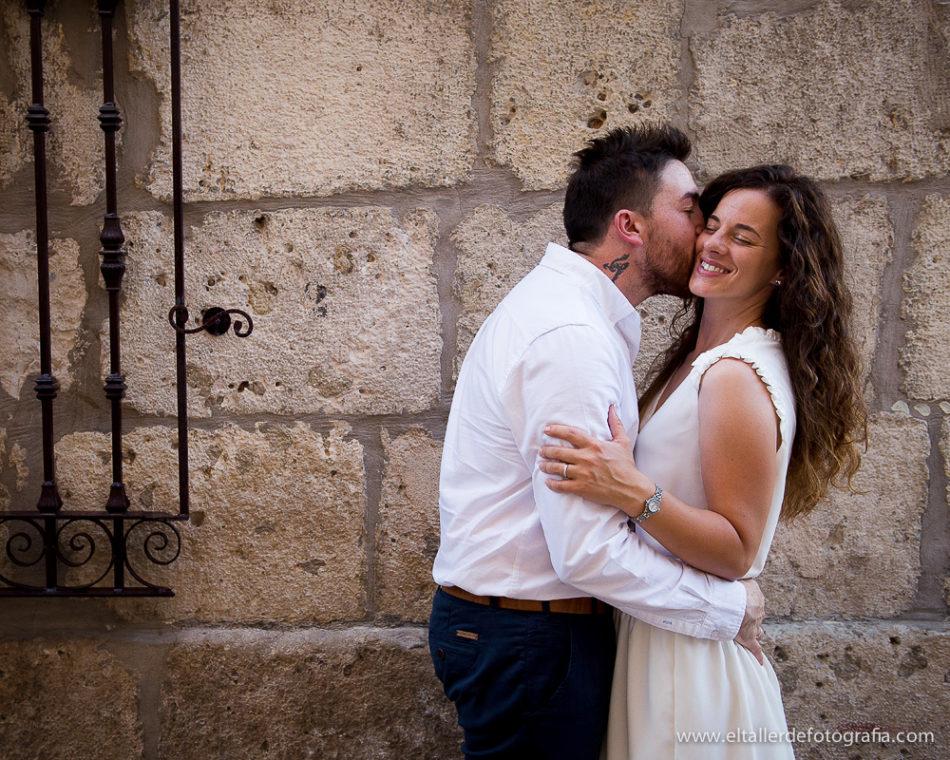 Preboda en las calles de Burgos Capital- Juan le da un beso en la mejilla a Reme