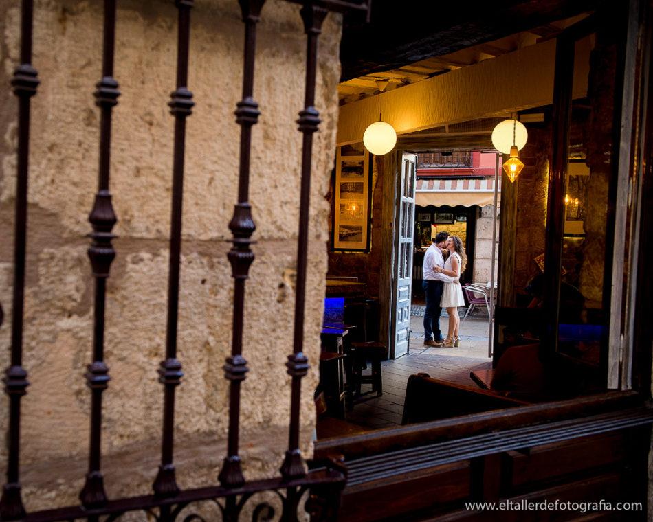 Preboda en las calles de Burgos Capital - Zona de Tapas - Beso de Pareja en la puerta de bar