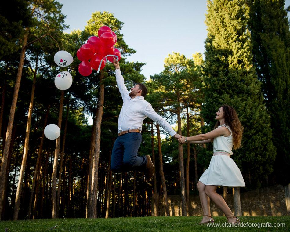 Foto de preboda con el novios saltando con globos en Burgos