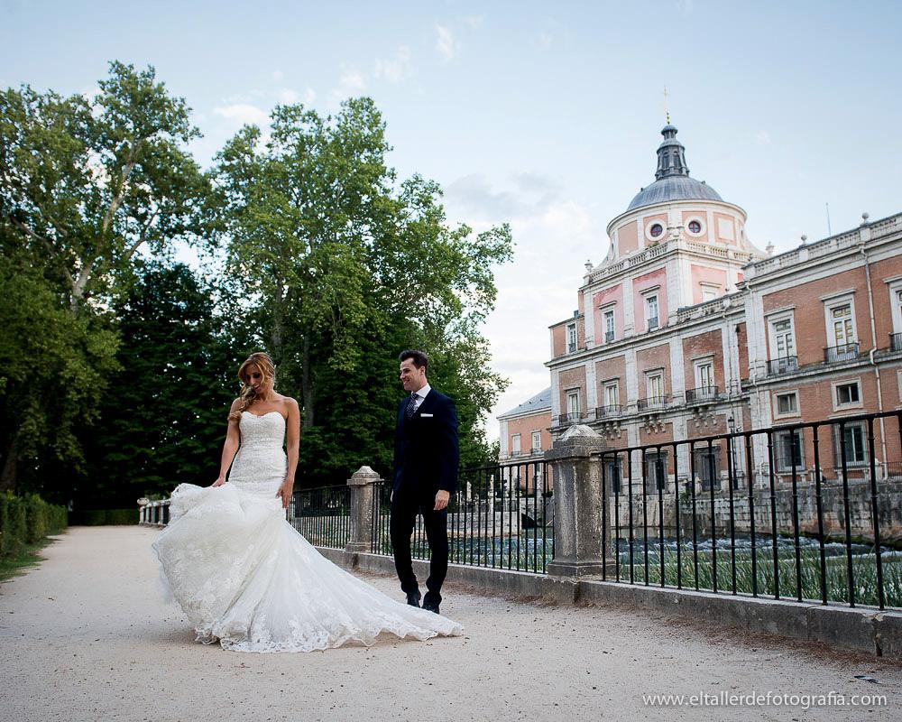 Fotografia de novios paseando por los magníficos jardines del palacio real de Aranjuez junto al rio Tajo