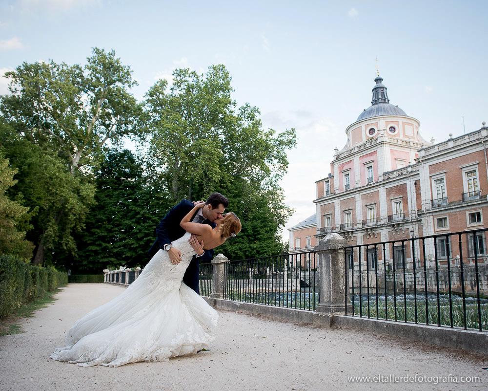Fotografia de novios besándose junto al rio Tajo en los jardines del Palacio Real de Aranjuez