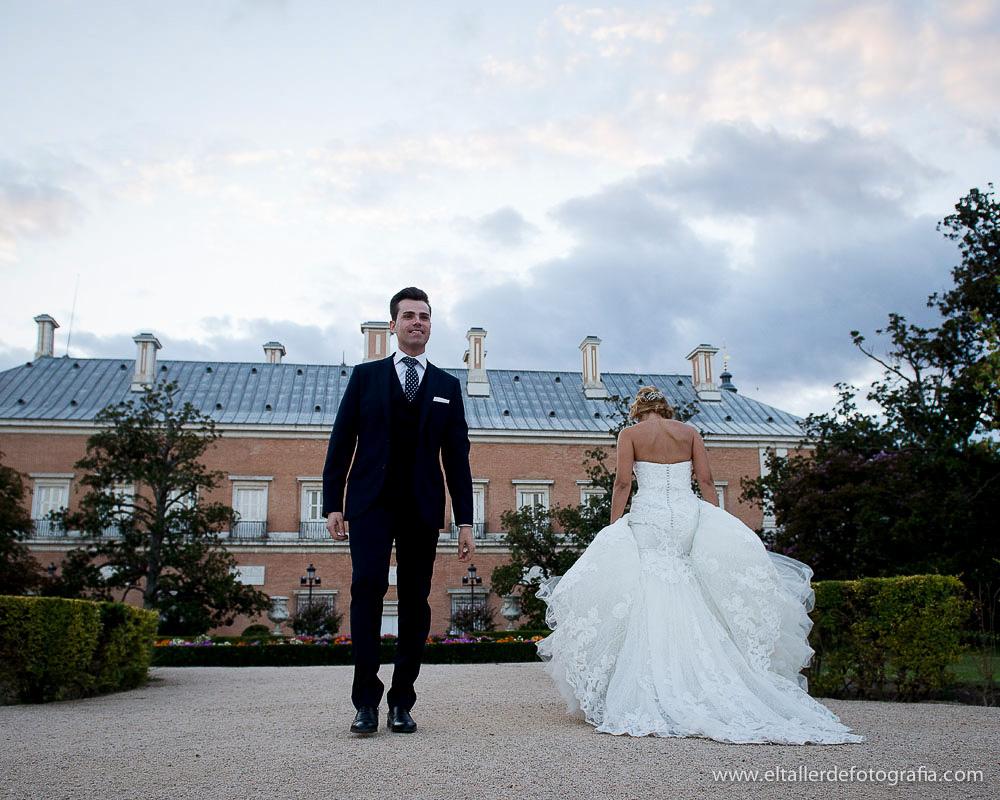 Fotografia divertida de los novios en el Palacio Real de Aranjuez