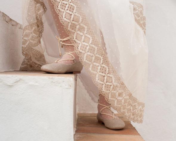 Detalle de zapatos diferentes de comunion con detalles del vestido