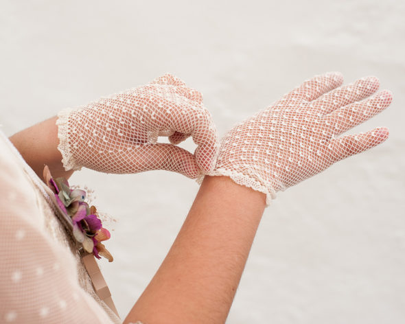 Detalle de guantes de niña de comunion de rejilla con volante