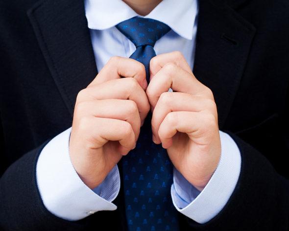 Detalle de la corbata de un niño de comunión vestido con amaricana