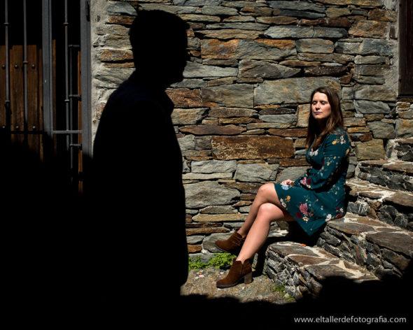Preboda en Patones, Maria en un escalera de pizarra y siluta de alfonso sobre la pared de pizarra
