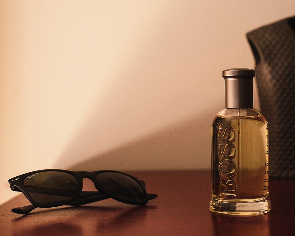Detalle de las Gafas de Sol del Novio y su Perfume