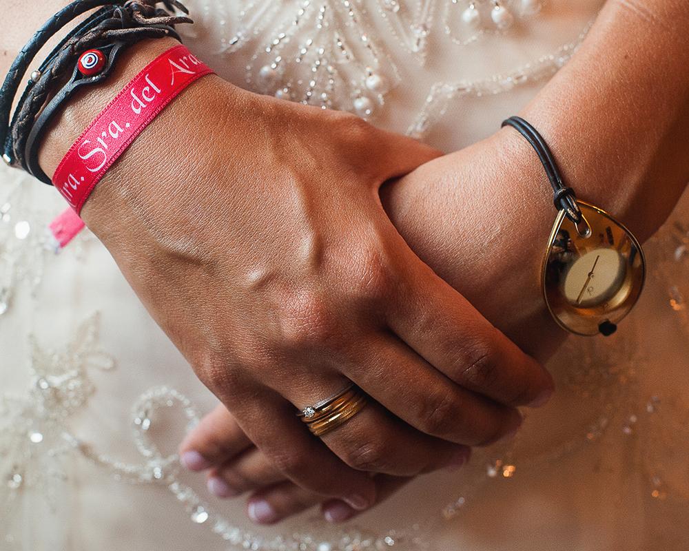 Detalle de las manos de la novia con pulseras de cuero y reloj