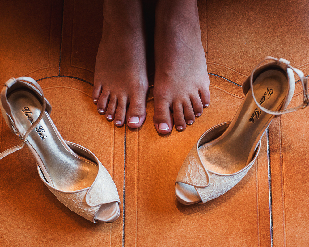 Detalle de los pies de la novia con pedicura francesa y