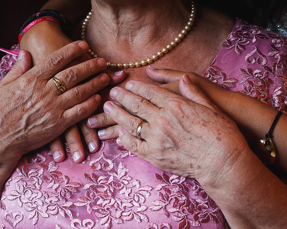 Manos de la madre de la novia y novia durante un abrazo