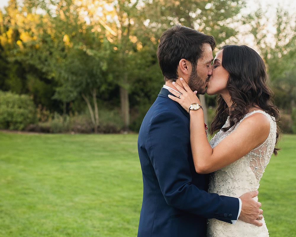 Beso de recién casados durante el reportaje de fotos del día de la boda