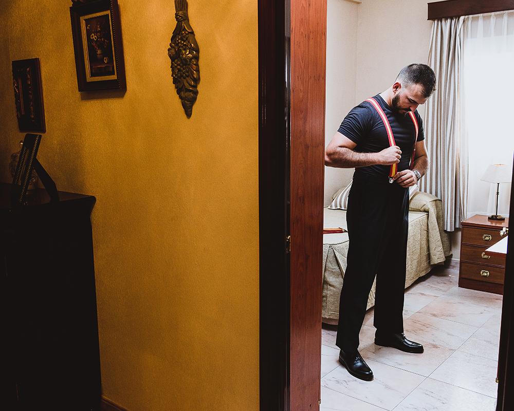 Preparativos del novio con Tirantes