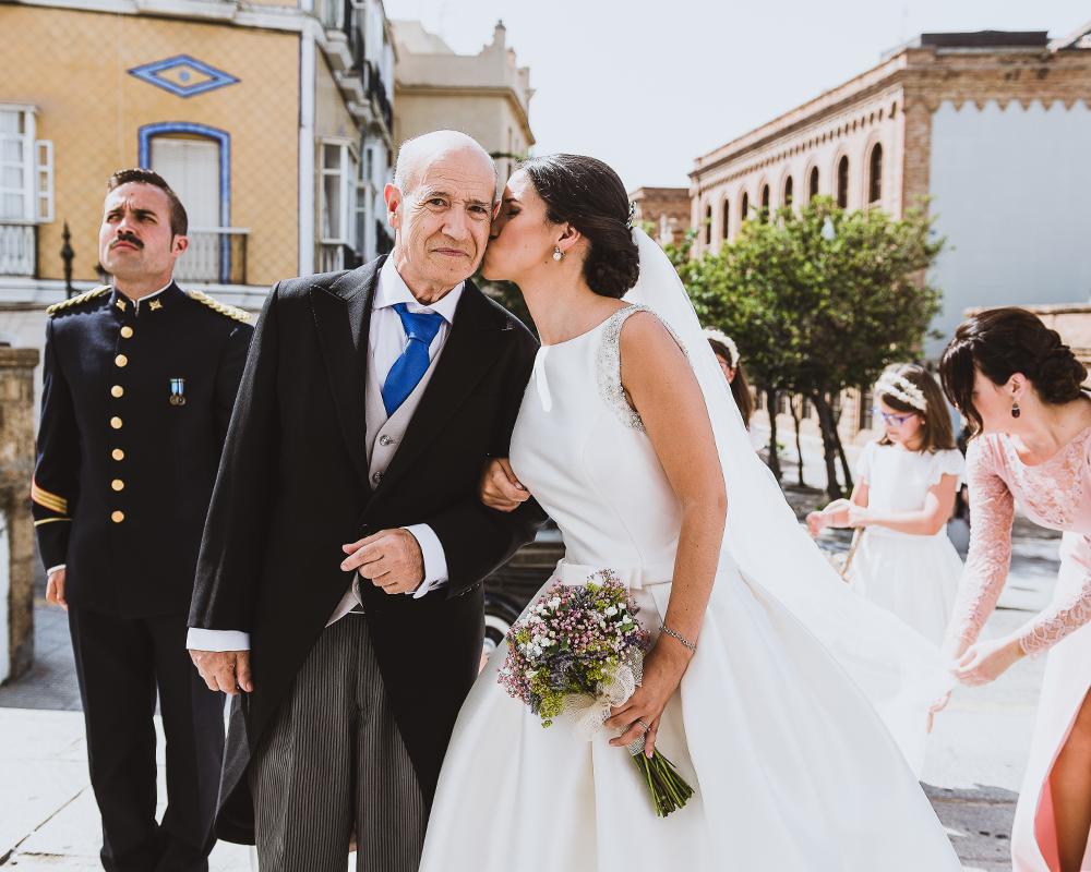 Beso de la novia al padrino antes de entrar a la ceremonia religiosa en Cádiz