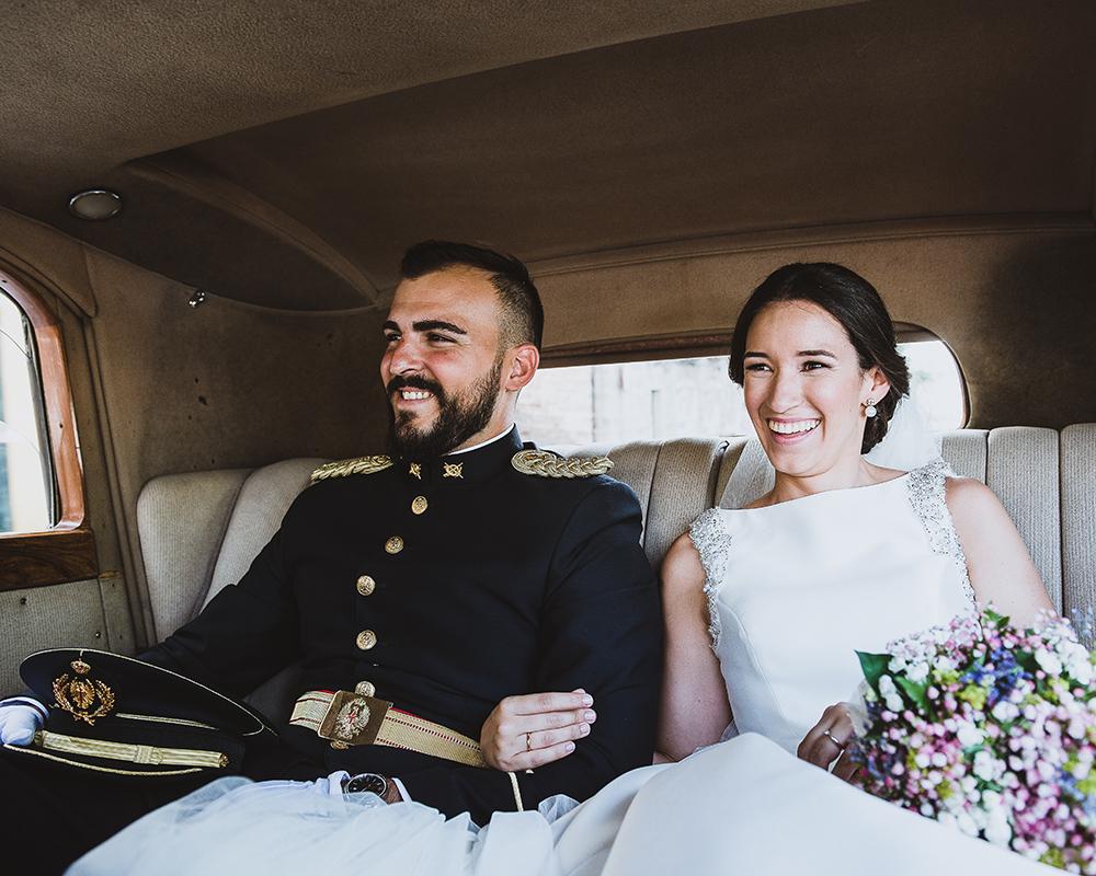 Novios en un coche clásico camino al reportaje de Recien Casados