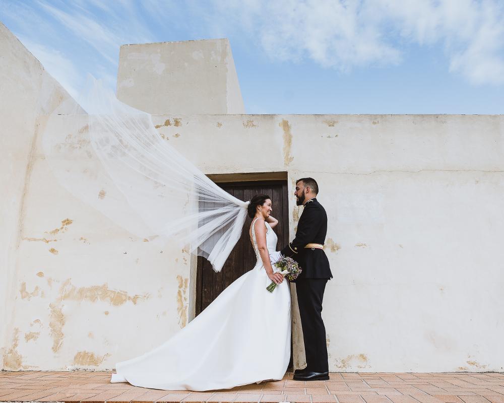Velo de la novia volando por el viento de levante en Cadiz en el castillo de Santa Catalina