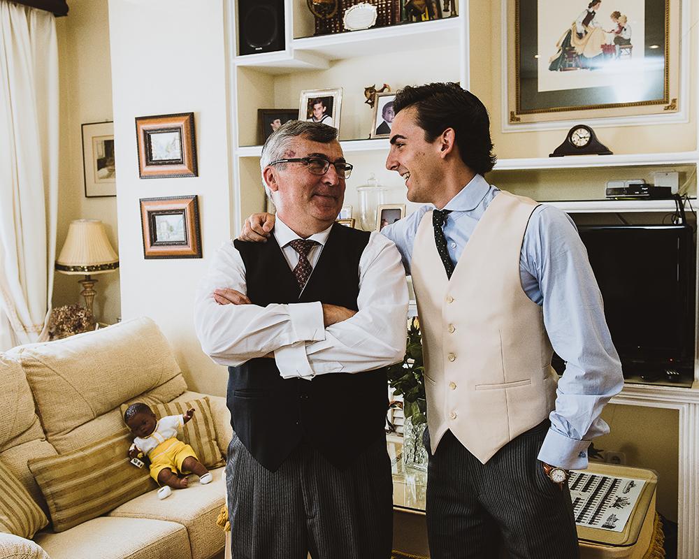 Padre y hermano del novio disfrutando de los preparativos del novio