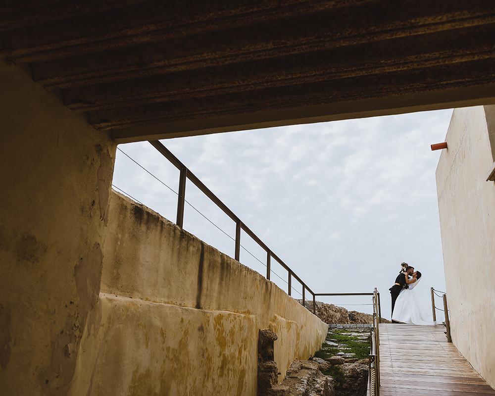 Novios en el Castillo de Santa Catalina en su reportaje de Boda