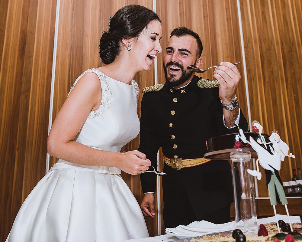 Momento divertido durante el corte de la tarta en la boda celebrada en el Parador de Cádiz