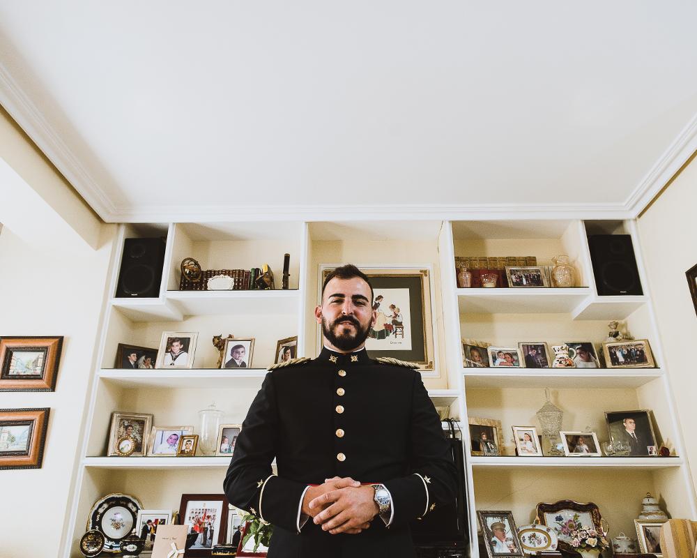 Retrato diferente de un novio militar durante los preparativos