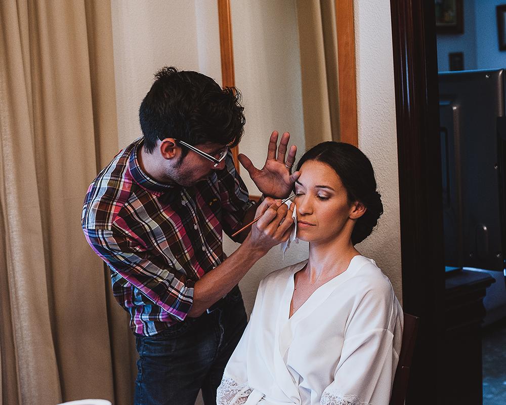 Novia maquillandose en Casa con un maquillador profesional