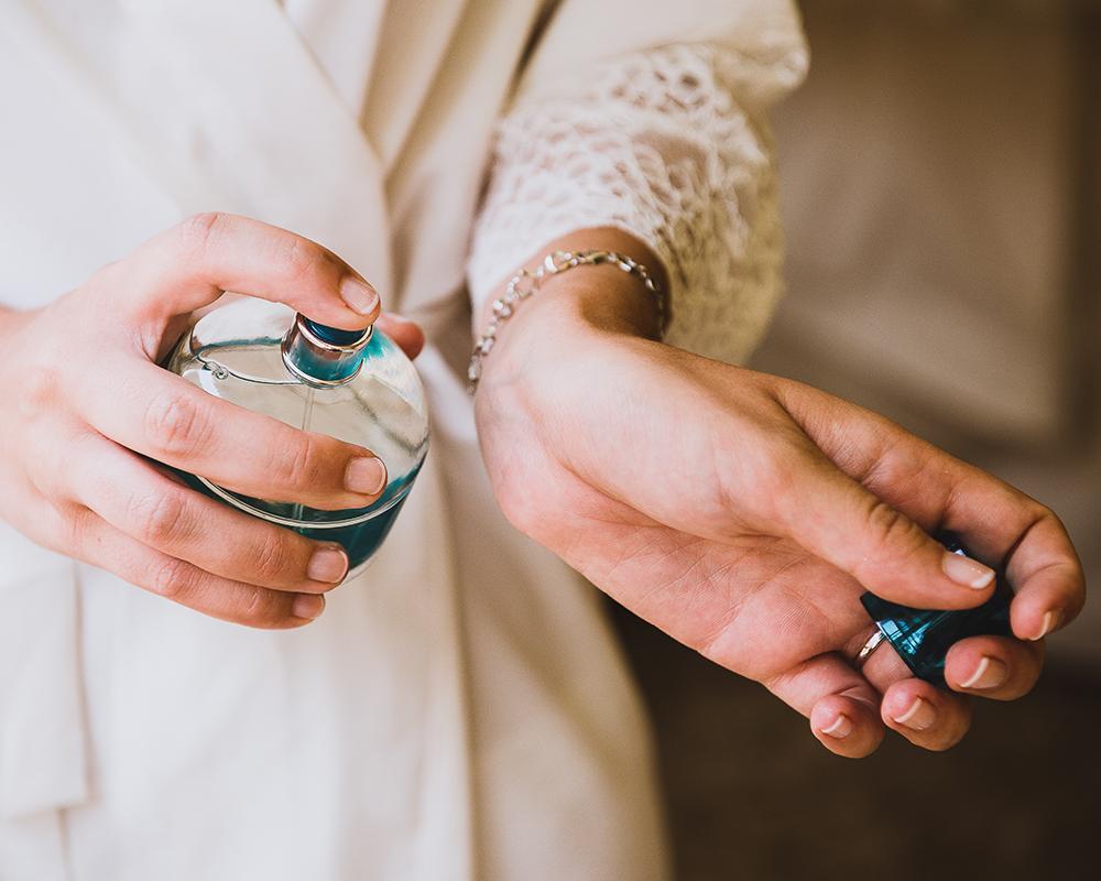 Novia perfumándose antes de la boda