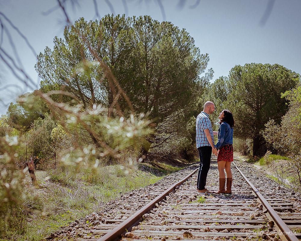 Novios en una via abandonada en en la provincia de Valladolid