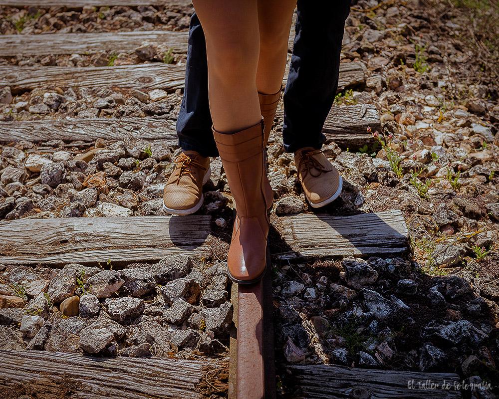 Detalles de los pies en una foto de preboda sobre una via abandonada en un pueblo de Valladolid