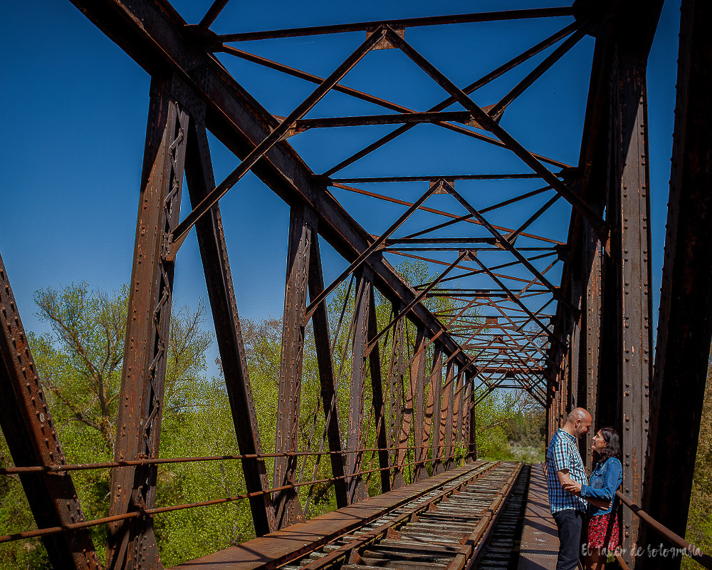 Foto de preboda en un puente de hierro abandonado