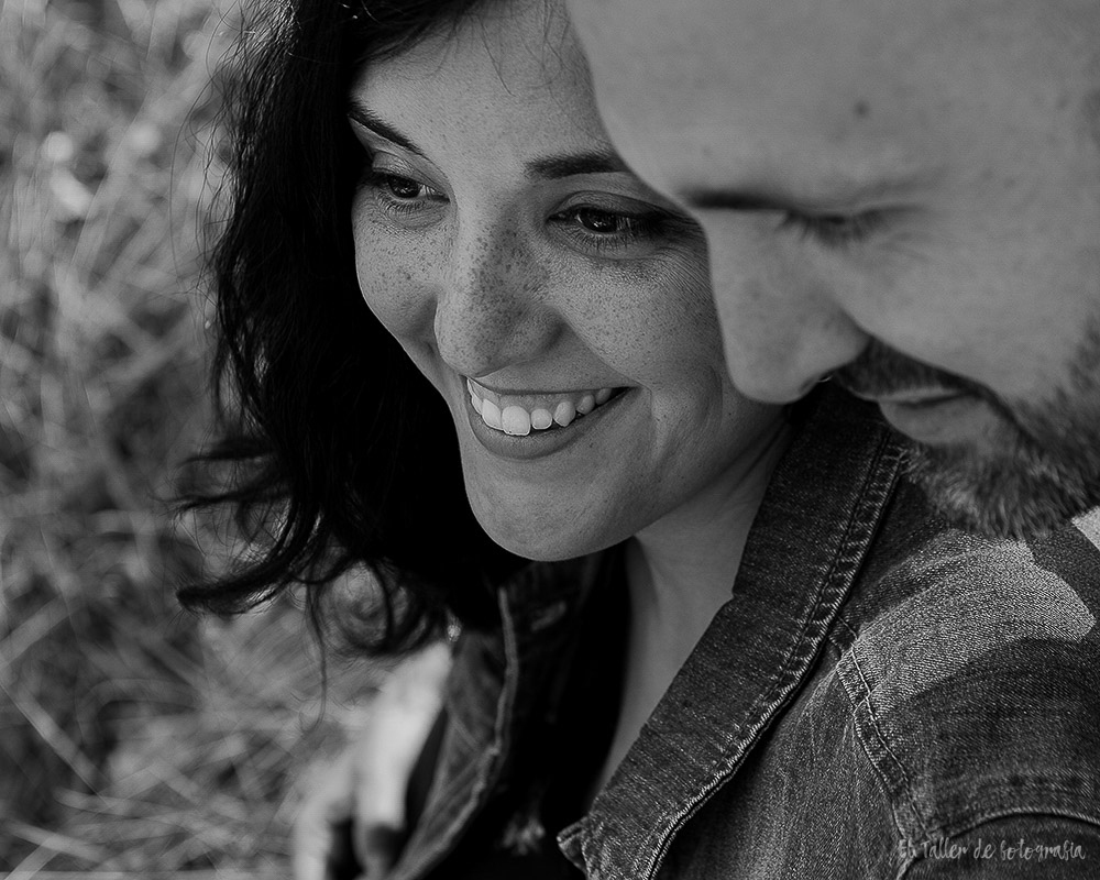 Detalle de la sonrisa de la chica en la sesion de fotos de pareja