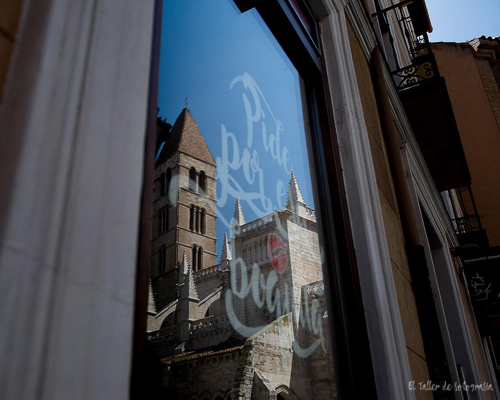 Ventana del bar pide por esa boquita con el reflejo de la torre de la catedral de Valladolid