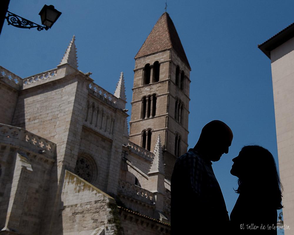 Pareja a contraluz con la catedral de Valladolid de Fondo