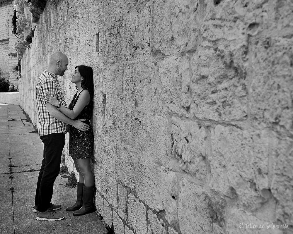 Pareja sobre los muros de piedra de la catedral de Valladolid en blanco y negro
