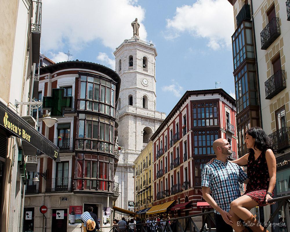 Preboda por las calles del centro de Valladolid con la catedral de fondo enfocada y los novios desenfocados