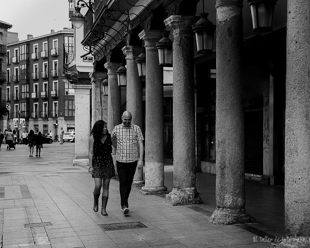 Pareja de novios paseando por las calles de Valladolid en Blanco y Negro
