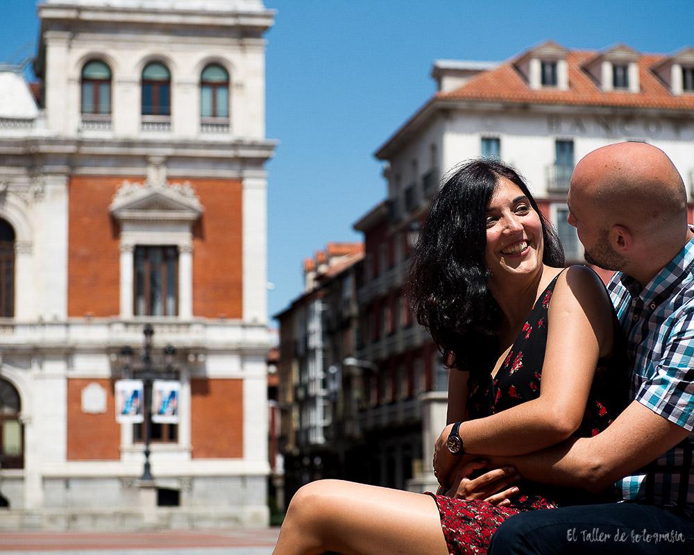 Pareja de novios sentados muy cariñosos en la plaza del ayuntamiento de Valladolid