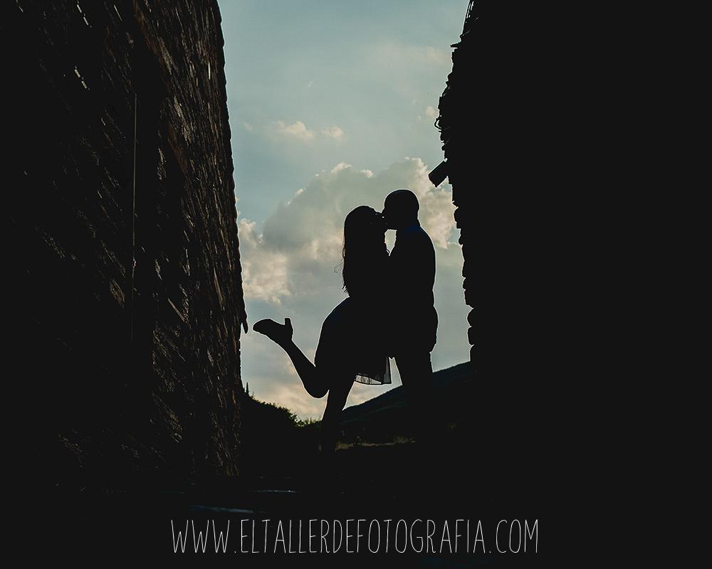 Silueta de la pareja en un calle de patones dandose un beso