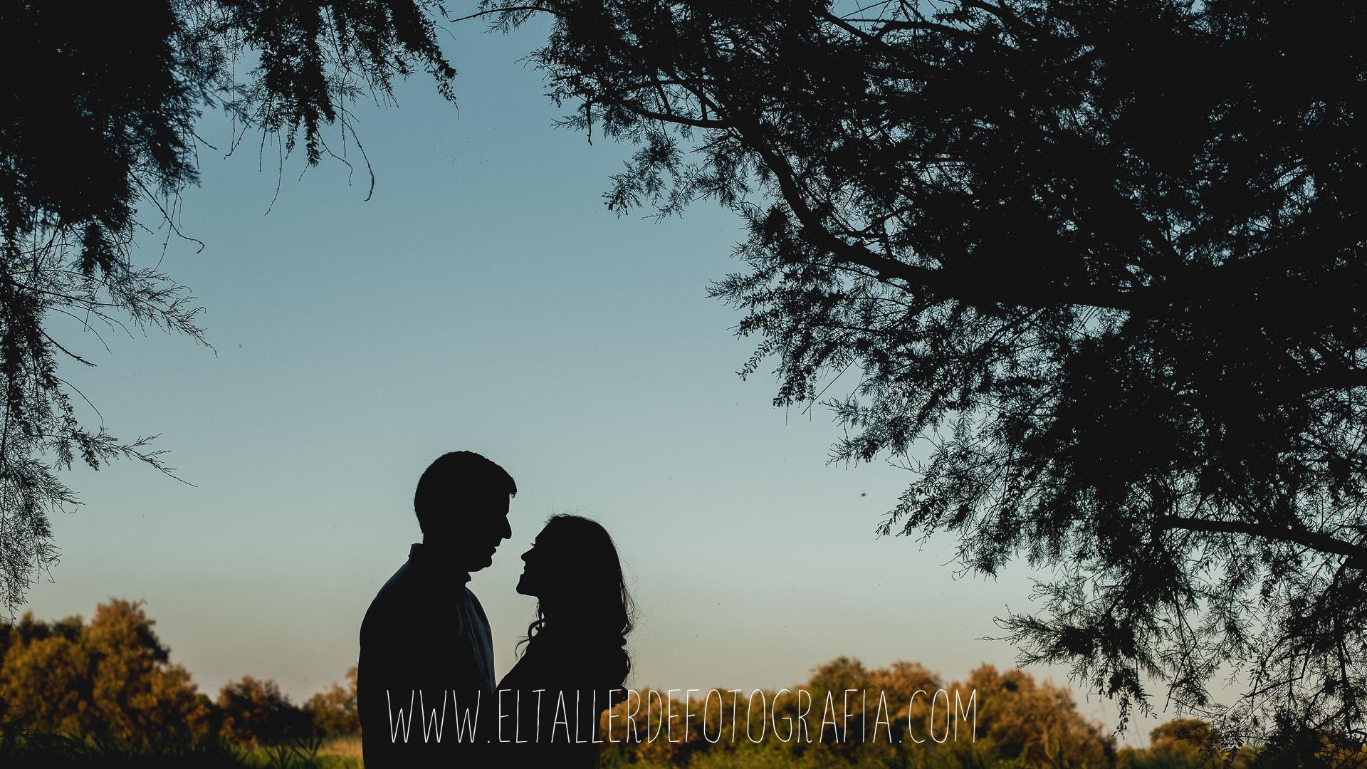 Contraluz de las novios en su preboda en las Tablas de Daimiel