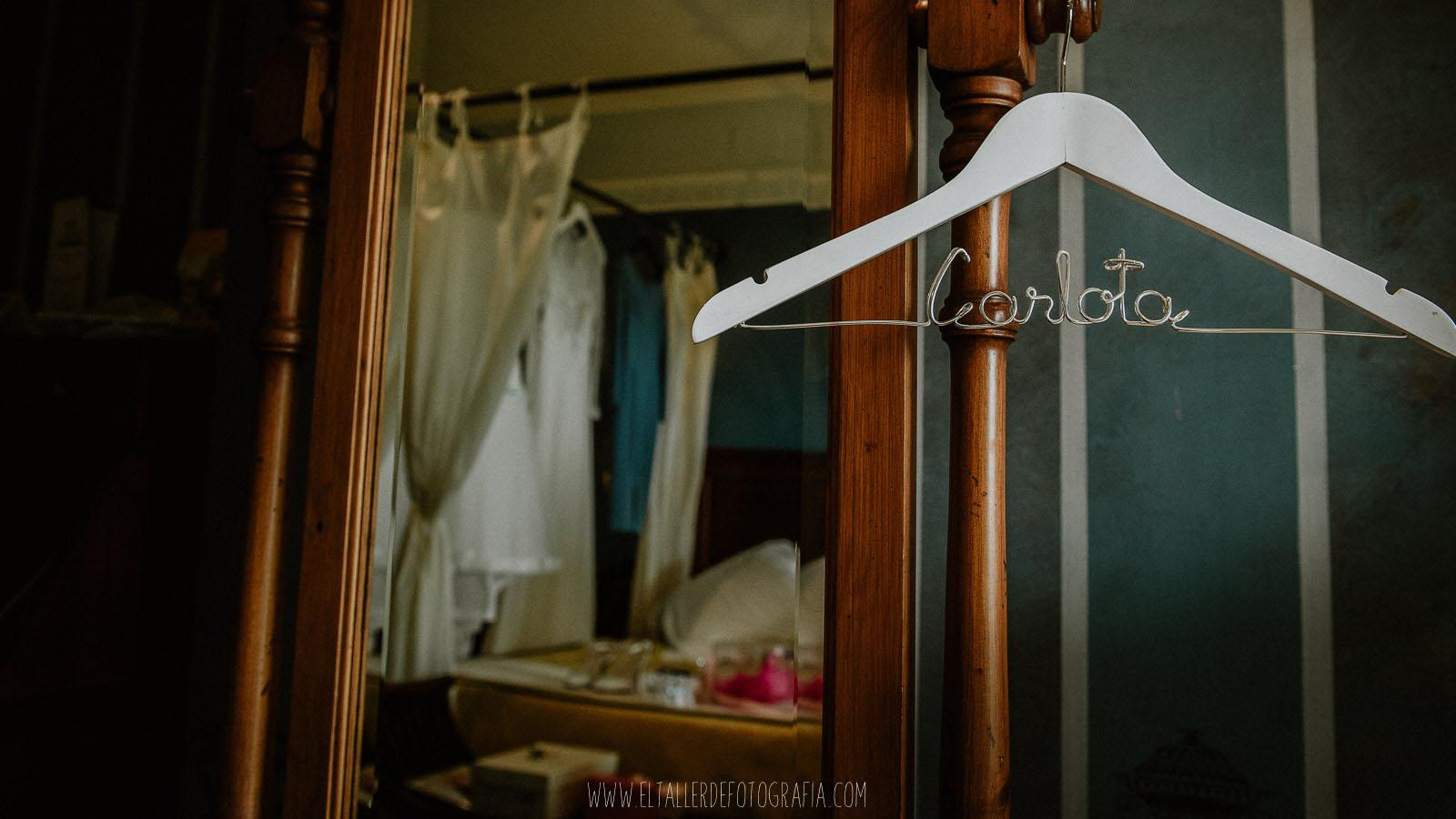 Detalle de la percha de la novia con su nombre