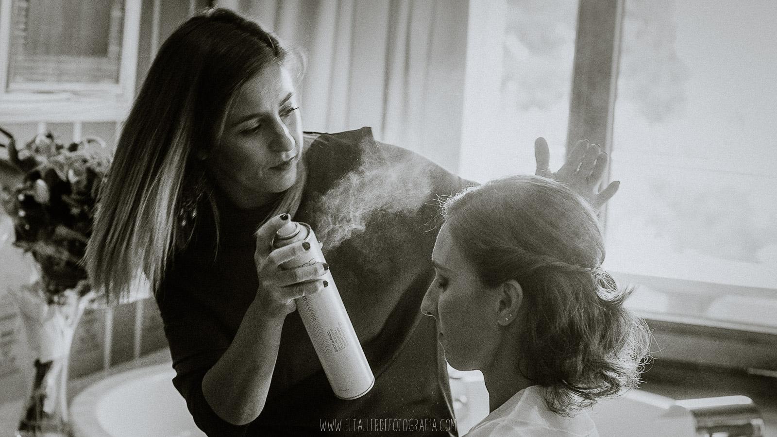 Peluquera dando los ultimos toques de laca al peinado de la novia