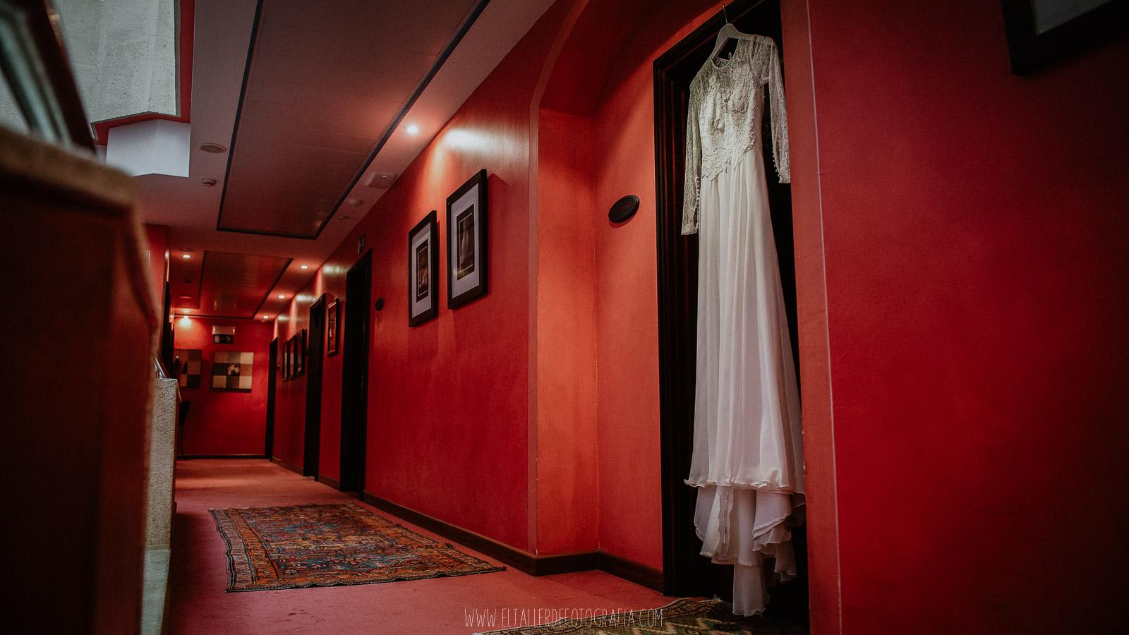 Vestido de la novia colgado en la puerta de la habitacion