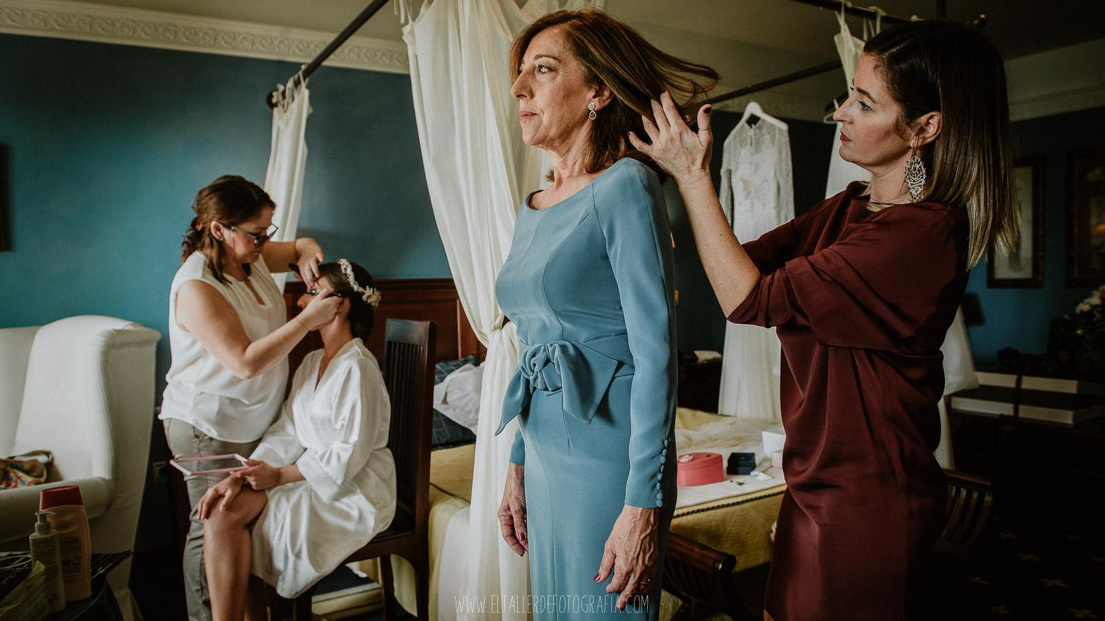 Momentos de nervios mientras se prepara la novia y la mama de la novia