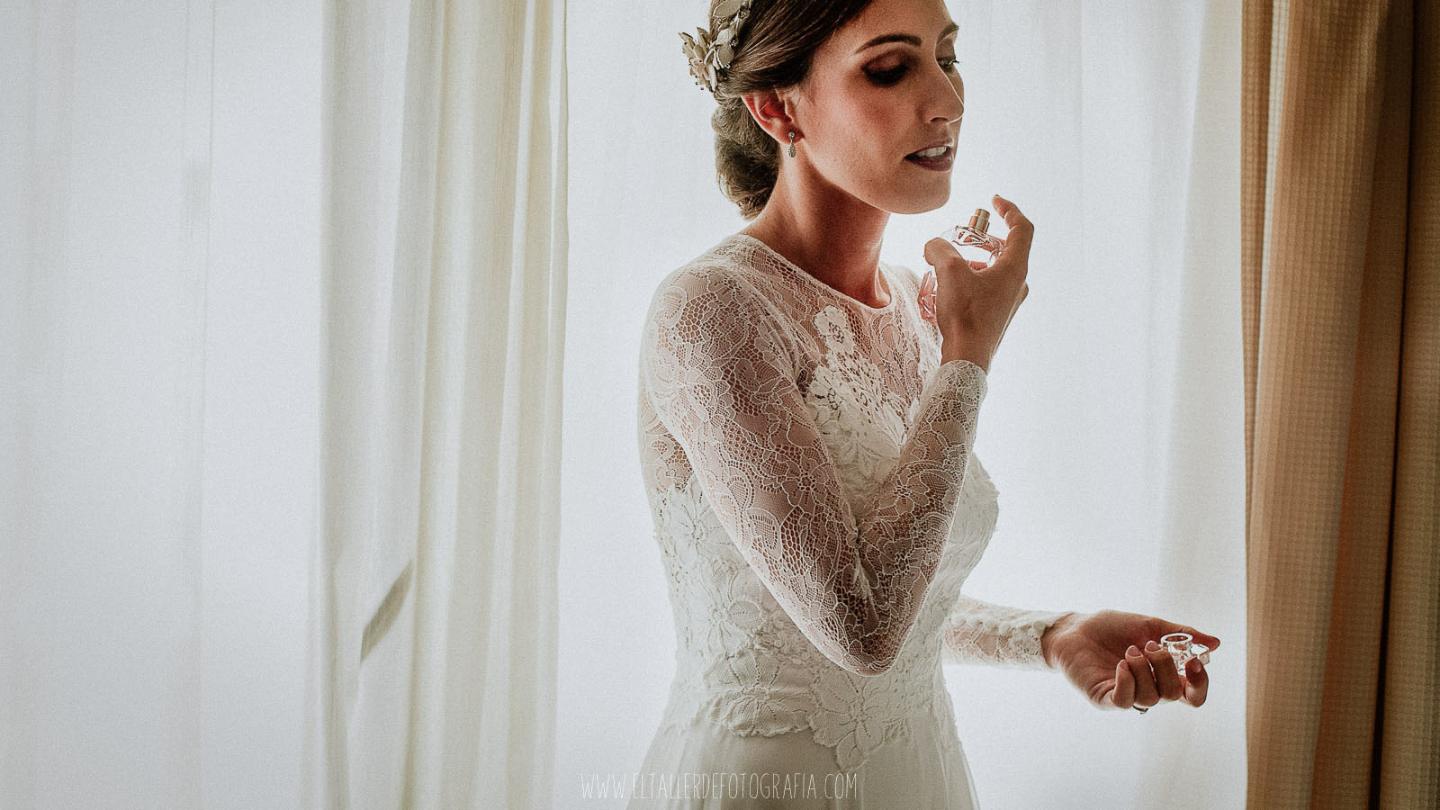 La novia ya vestida se perfuma