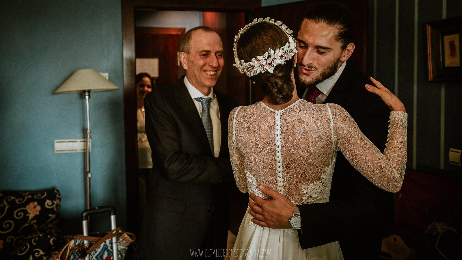Padre y Hermano abrazan y besan a la novia despues de vestirse
