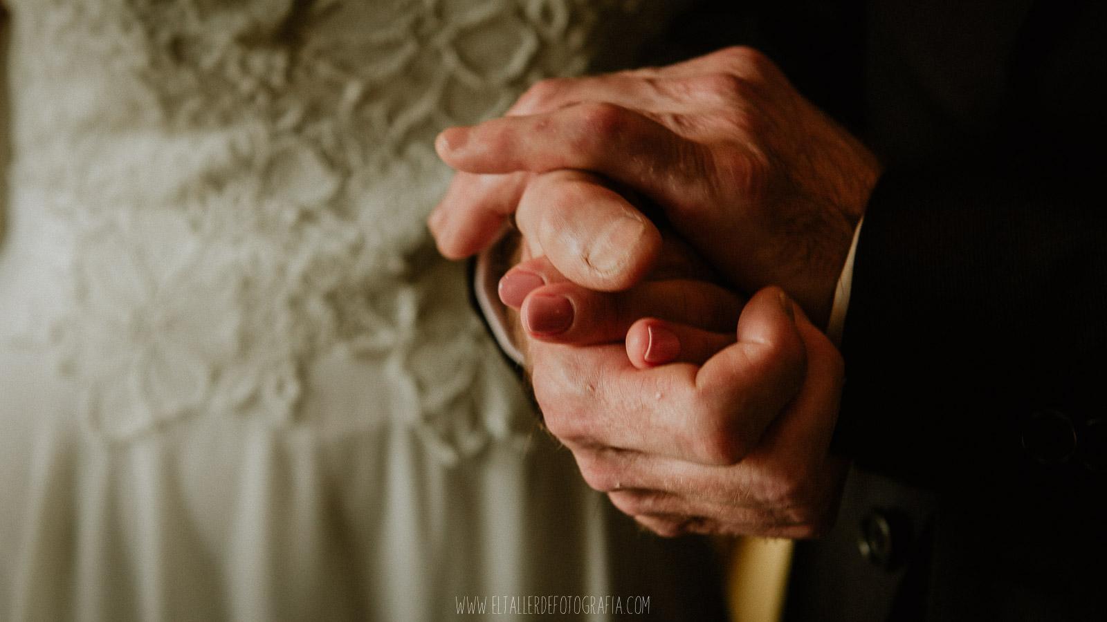 Mano de padre apretando con emocion la mano de la novia