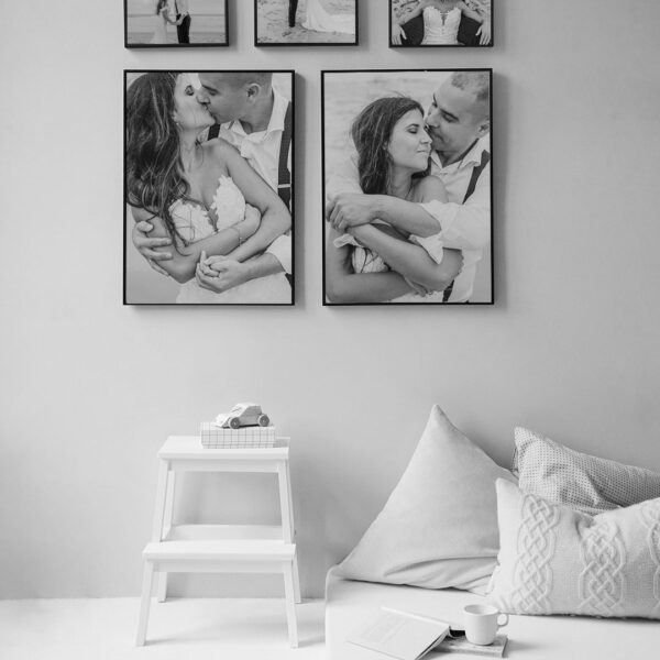 Ampliaciones fotograficas de la tienda de El Taller de fotografia colgadas en la habitacion de una casa